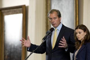 Lt. Gov. David Dewhurst explains the gallery rules for the second special session as Senate Parliamentarian Karina Davis listens on July 1, 2013.