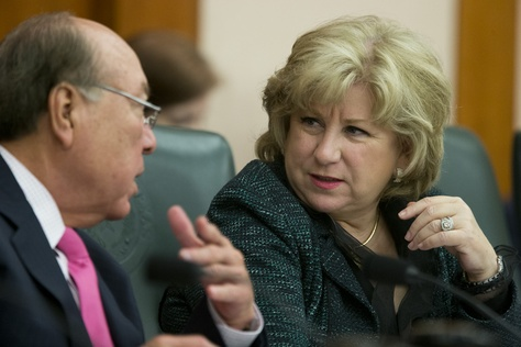 """Senate Finance Committee Chairwoman Jane Nelson, R-Flower Mound, confers with Sen. Juan """"Chuy"""" Hinojosa, D-McAllen, during a March 11, 2015, committee hearing on state contracting issues."""