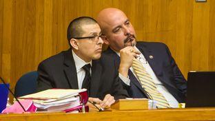 Defense attorney Carlos Garcia (r.) confers with former Border Patrol agent Joel Luna.