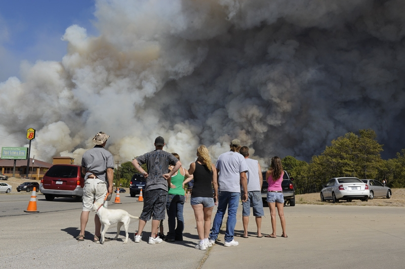A crowd of Texans watches the wildfire as it burns toward Texas 71 and FM 95 in Bastrop County on September 5, 2011.