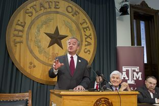 A&M System head John Sharp, l, at a Capitol presser with Commissioner Raymond Paredes and A&M's R. Bowen Loftin, r, on Jan. 23, 2013